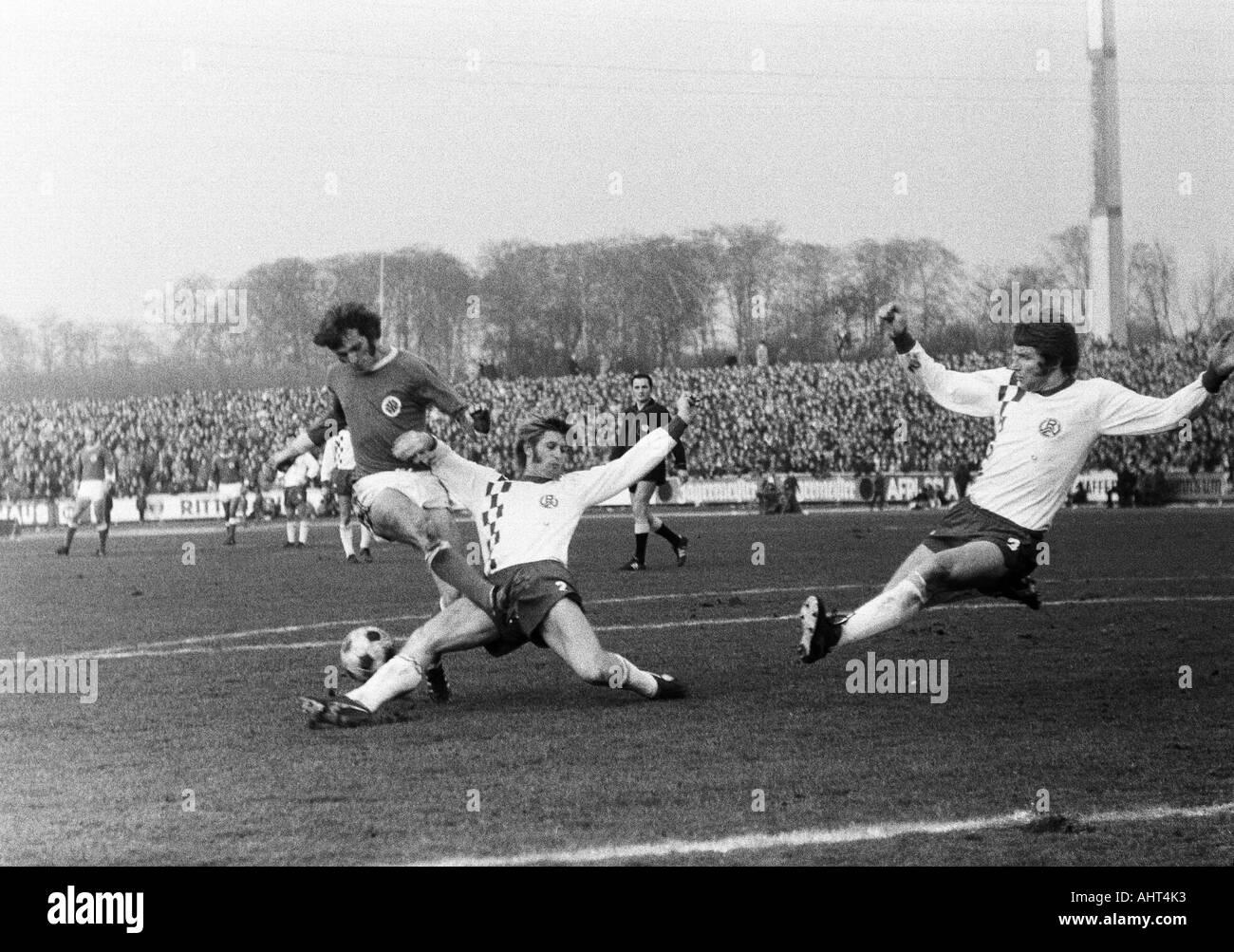 football, Bundesliga, 1970/1971, Niederrhein Stadium, Rot-Weiss Oberhausen versus Rot-Weiss Essen 0:0, scene of the match, f.l.t.r. Wolfgang Suehnholz (RWO), Peter Czernotzky (RWE), referee Alfons Betz from Regensburg, Hermann Erlhoff (RWE) - Stock Image