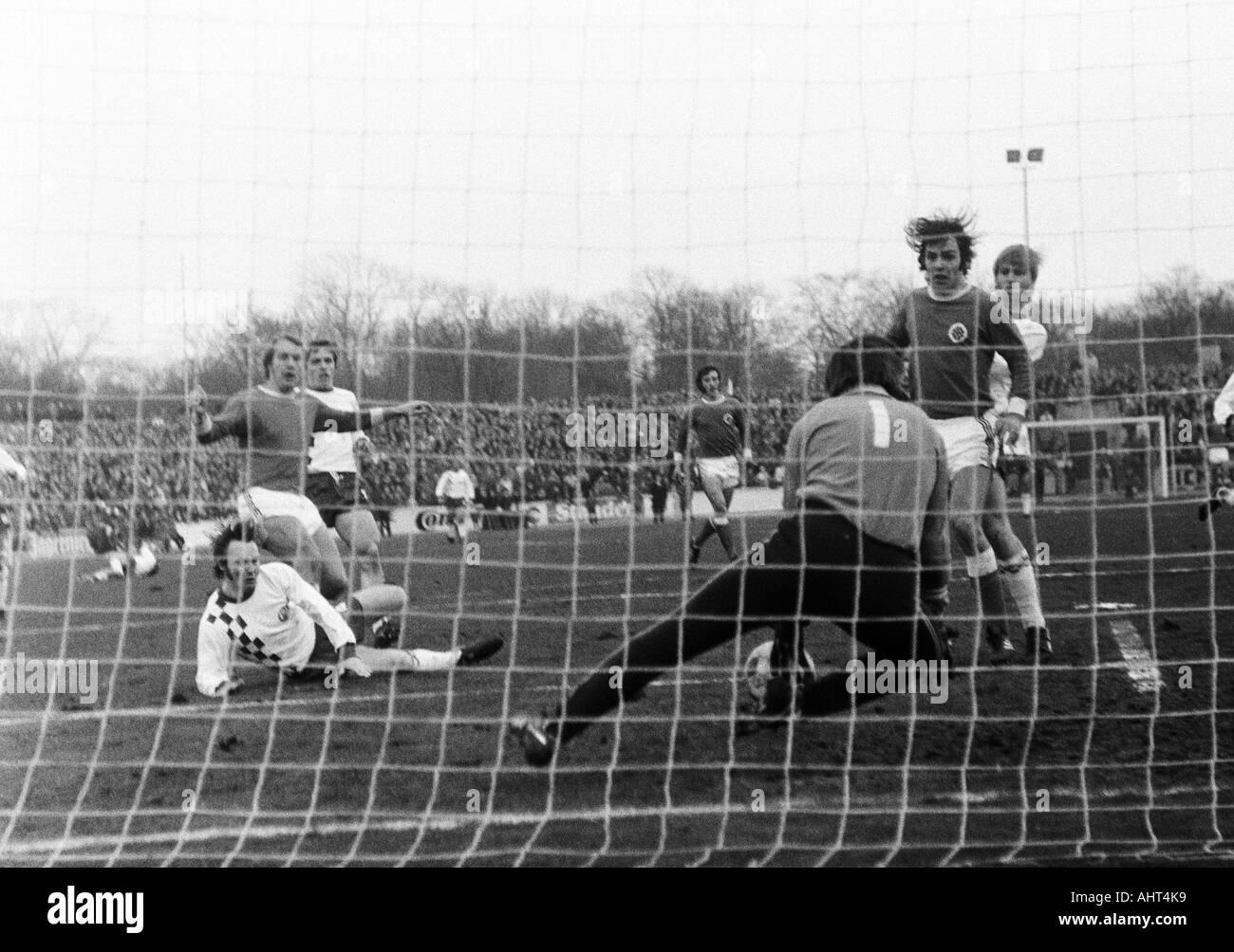 football, Bundesliga, 1970/1971, Niederrhein Stadium, Rot-Weiss Oberhausen versus Rot-Weiss Essen 0:0, scene of the match, f.l.t.r. Wolfgang Rausch (RWE), Lothar Kobluhn (RWO), Roland Peitsch (RWE), Wolfgang Suehnholz (RWO), keeper Fred Werner Bockholt (R - Stock Image