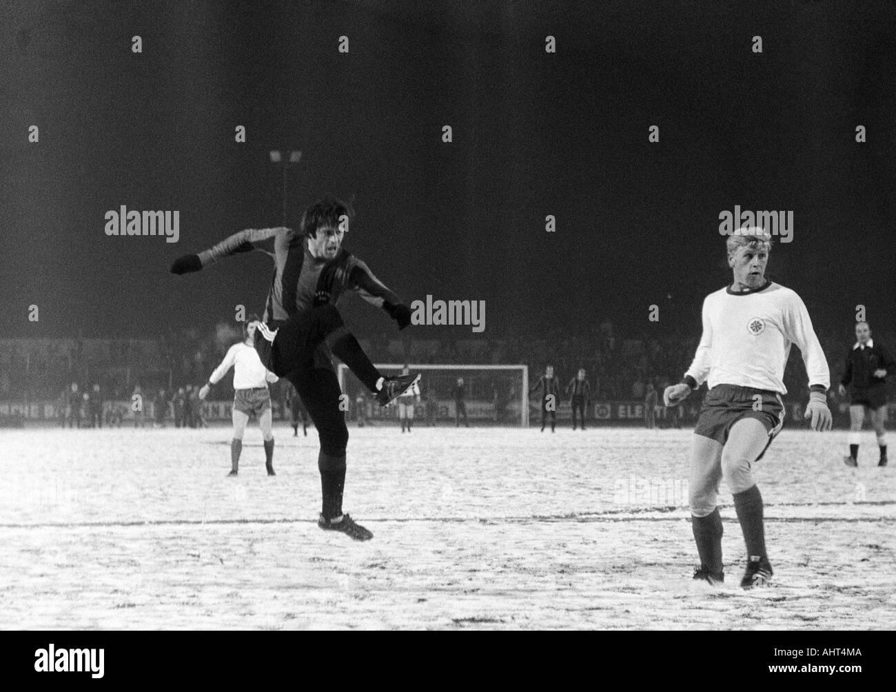 football, Bundesliga, 1970/1971, Rot-Weiss Oberhausen versus Hertha BSC Berlin 1:1, Niederrhein Stadium, game on snow ground, scene of the match, Lorenz Horr (Hertha) left shots on goal, right Gert Froehlich (RWO) - Stock Image