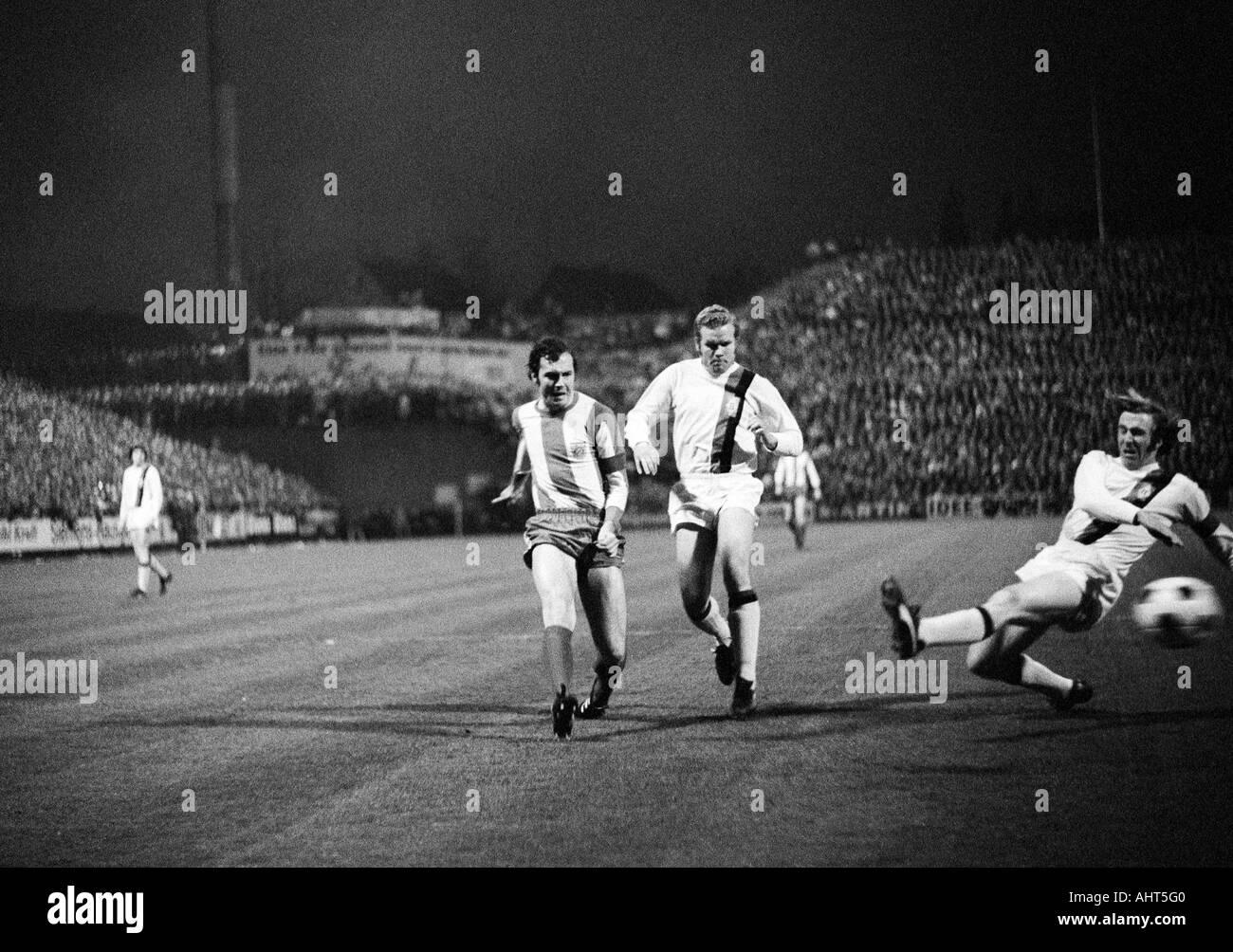football, Bundesliga, 1970/1971, Borussia Moenchengladbach versus FC Bayern Munich 3:1, Boekelberg Stadium, scene of the match, f.l.t.r. Franz Beckenbauer (FCB), Klaus Dieter Sieloff, Guenter Netzer (both MG) - Stock Image