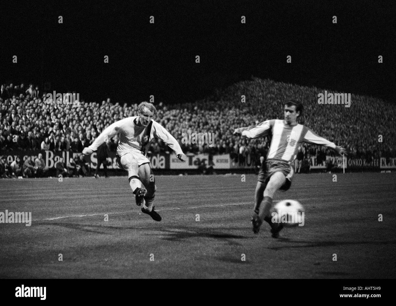 football, Bundesliga, 1970/1971, Borussia Moenchengladbach versus FC Bayern Munich 3:1, Boekelberg Stadium, scene of the match, duel between Berti Vogts (MG) left and Peter Pumm (FCB) right - Stock Image