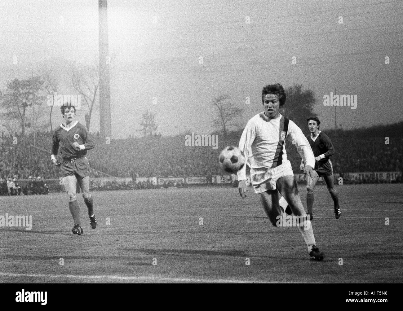 football, Bundesliga, 1970/1971, Rot-Weiss Oberhausen versus Borussia Moenchengladbach 0:2, Niederrhein Stadium in Oberhausen, scene of the match, f.l.t.r. Reiner Hollmann (RWO), Jupp Heynckes (MG), Werner Ohm (RWO) - Stock Image
