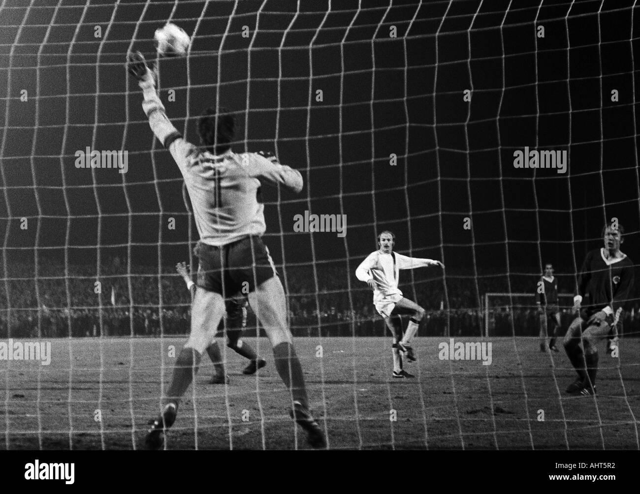 football, Bundesliga, 1970/1971, Rot-Weiss Oberhausen versus Borussia Moenchengladbach 0:2, Niederrhein Stadium in Oberhausen, scene of the match, Horst Koeppel (MG) middle shots on goal, left keeper Wolfgang Scheid, right Lothar Kobluhn (both RWO) - Stock Image