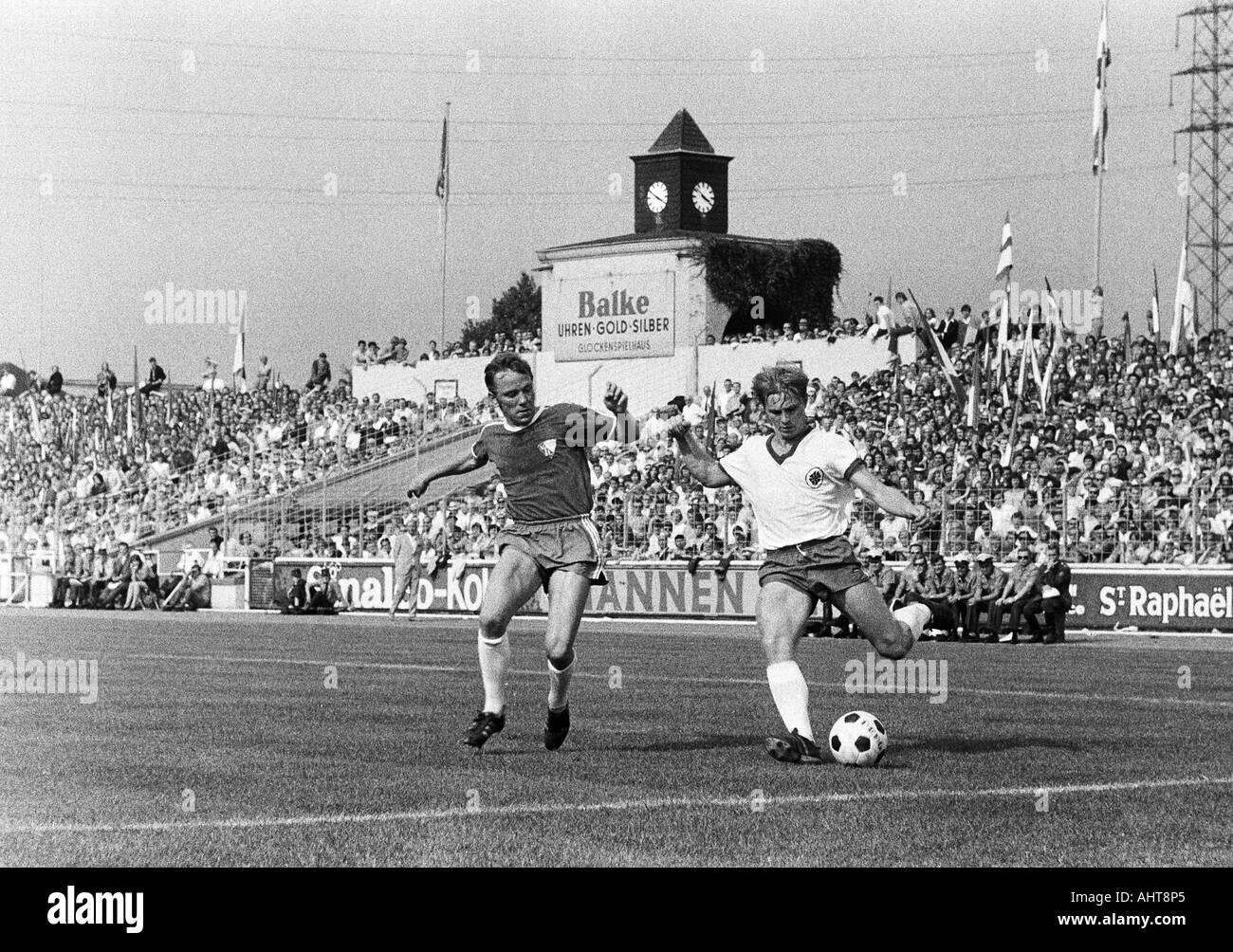 football, Bundesliga, 1971/1972, Rot-Weiss Oberhausen versus VfL Bochum 2:3, Niederrhein Stadium in Oberhausen, scene of the match, duel between Werner Kraemer (Bochum) left and Hans Schumacher (RWO) - Stock Image
