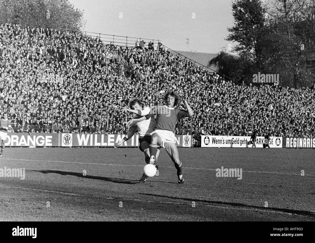 football, Bundesliga, 1971/1972, FC Schalke 04 versus Rot-Weiss Oberhausen 4:0, Glueckaufkampfbahn Stadium in Gelsenkirchen, scene of the match, duel between Jupp Tenhagen (RWO) left and Herbert Luetkebohmert (S04) - Stock Image