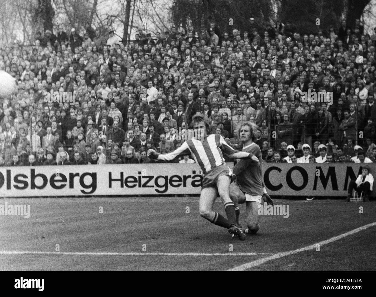 football, Bundesliga, 1971/1972, FC Schalke 04 versus 1. FC Kaiserslautern 3:0, Stadium Glueckaufkampfbahn in Gelsenkirchen, scene of the match, duel between Klaus Ackermann (FCK) left and Juergen Sobieray (S04) - Stock Image