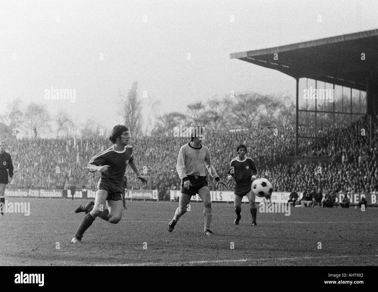 football, Bundesliga, 1971/1972, VfL Bochum versus Borussia Dortmund 4:2, Stadium at the Castroper Strasse in Bochum, scene of the match, f.l.t.r. Hans Walitza (Bochum), Theodor Rielaender (BVB), Dieter Fern (Bochum) - Stock Image