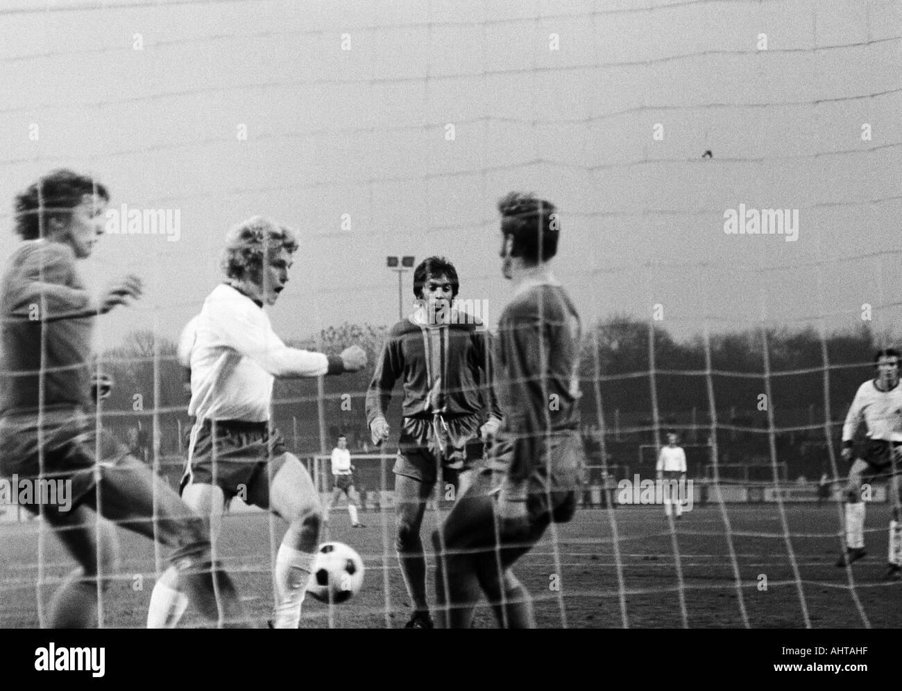 football, Bundesliga, 1971/1972, Rot-Weiss Oberhausen versus Eintracht Brunswick 1:1, Niederrhein Stadium in Oberhausen, scene of the match, f.l.t.r. Franz Merkhoffer (Braunschweig), Franz Emans (RWO), Bernd Gersdorff (Braunschweig), a Braunschweig player - Stock Image