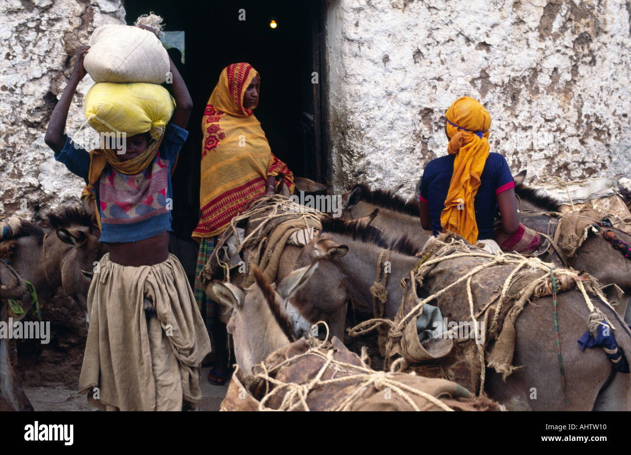 Women from Oromo tribe buying supplies in Eastern Ethiopia - Stock Image