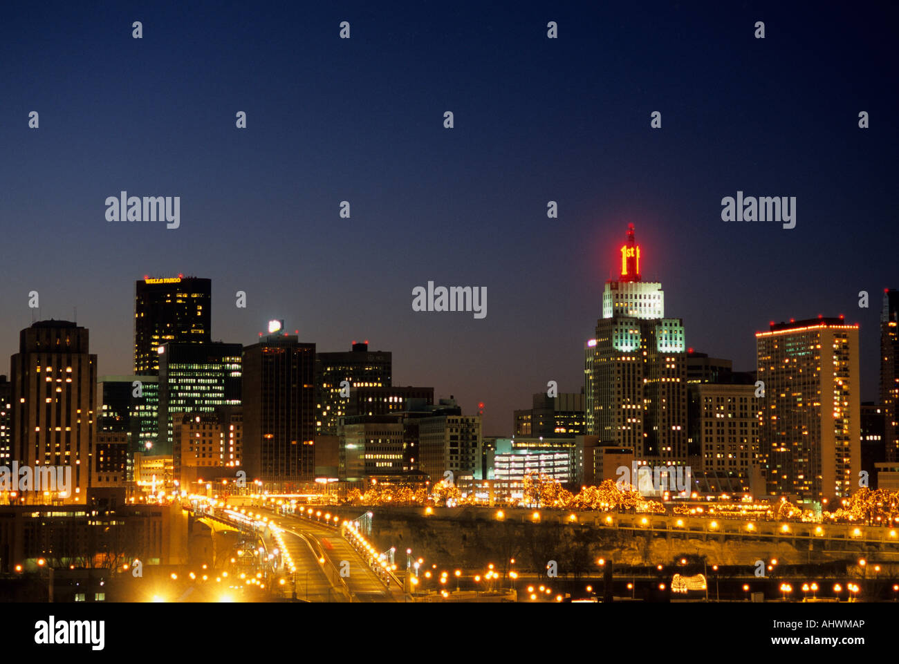 St Paul Traffic Map.Skyline Of St Paul Minnesota At Dusk With Moving Lights Of Traffic