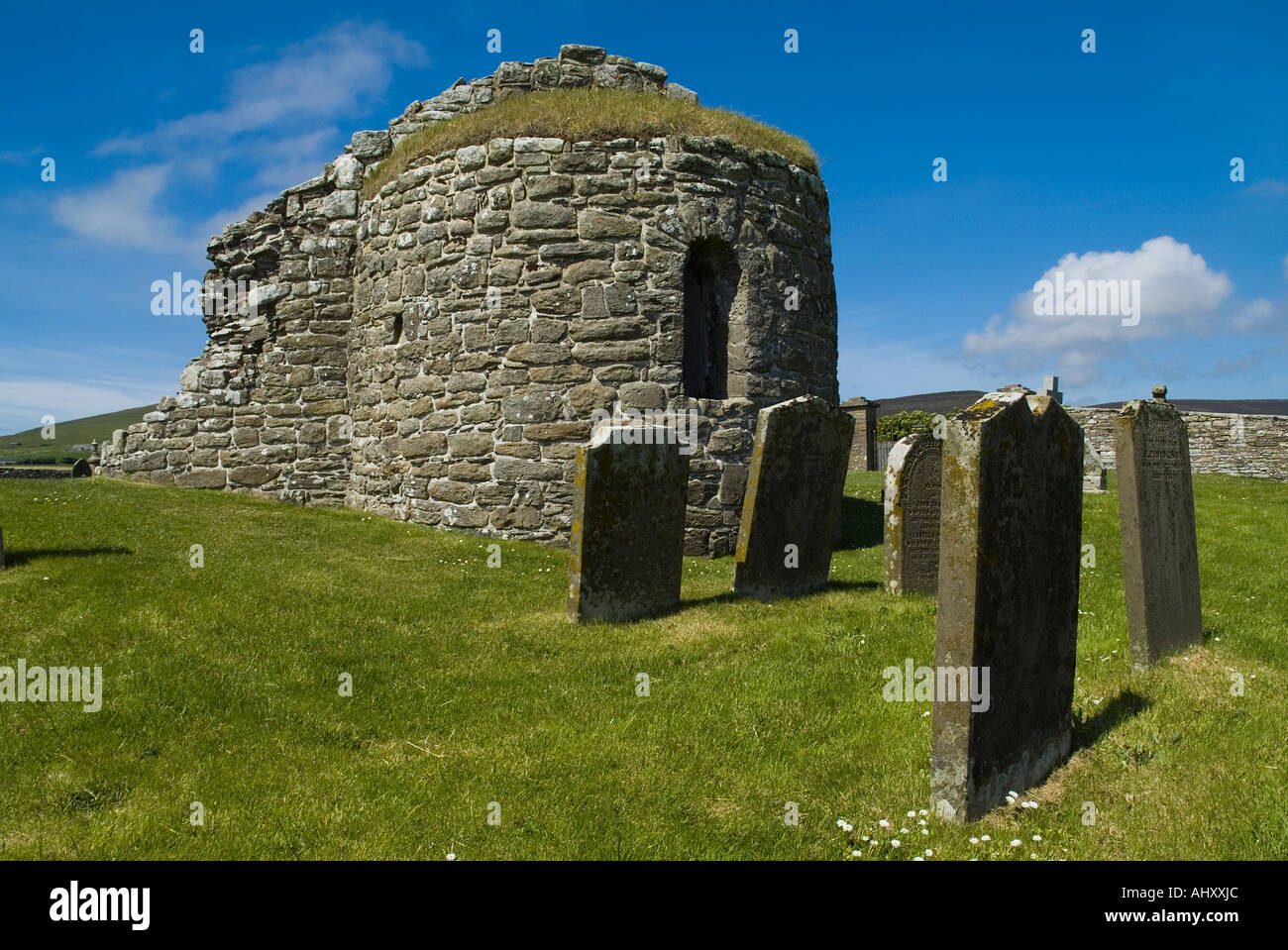 dh St Nicholas Church ORPHIR ORKNEY Round Kirk nave ruin and tombstones in Orphir graveyard Stock Photo