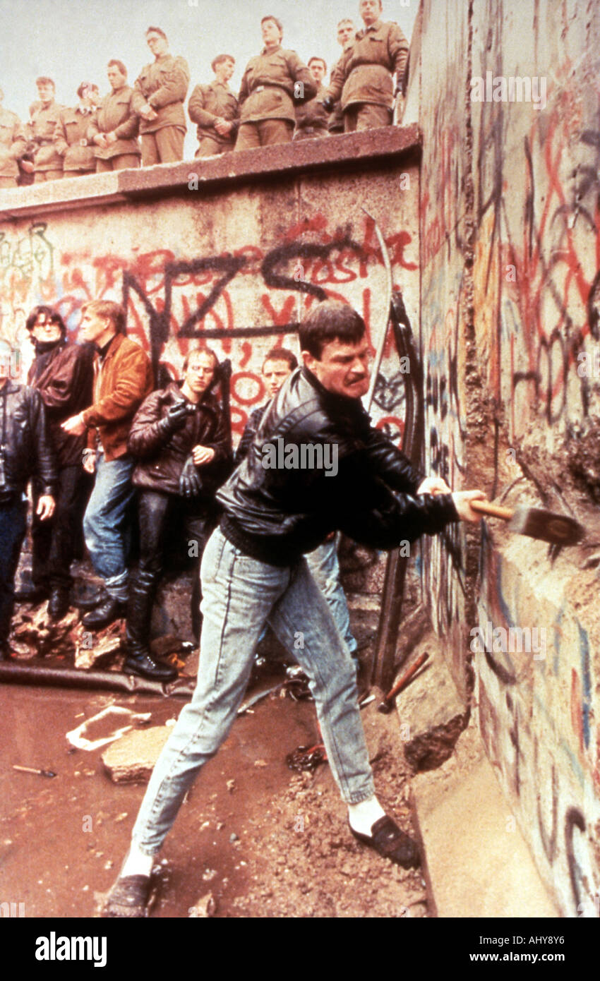 BERLIN WALL East German guards look on as the Berlin Wall is destroyed in November 1989 - Stock Image