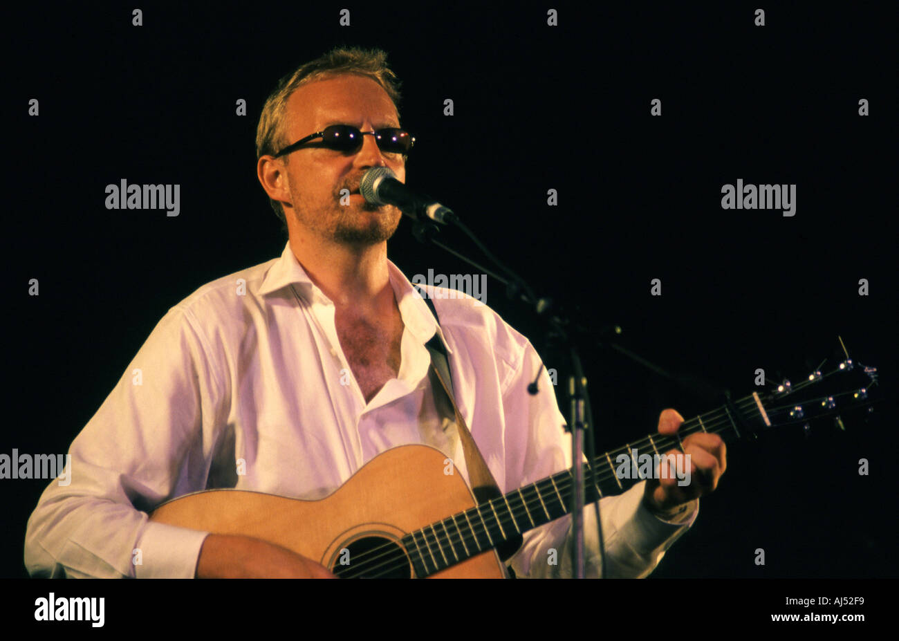 Boo Hewerdine performing at the Cambridge Folk Festival 2003 - Stock Image