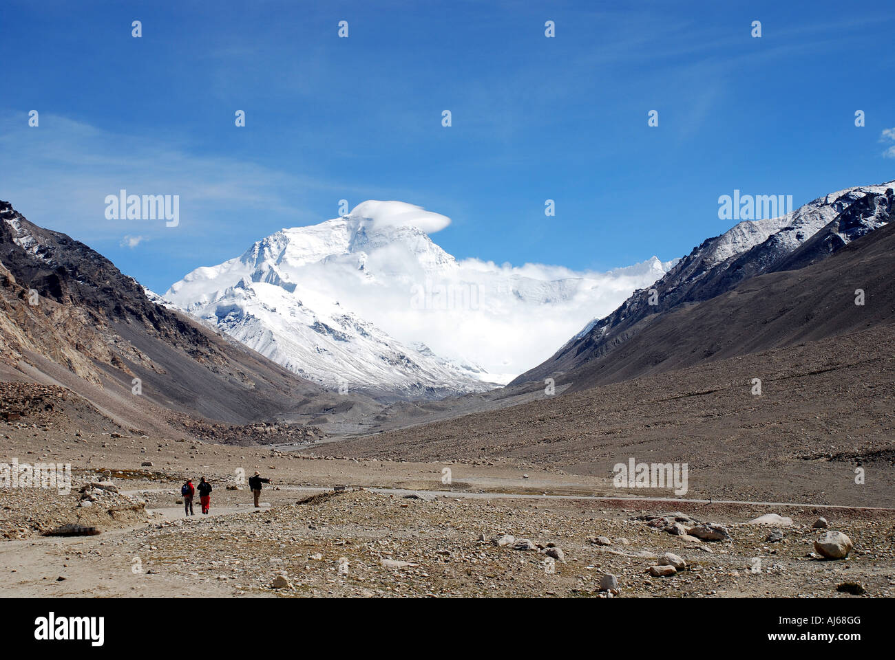 The North Face of Everest dominates the Rongbuk valley in Tibet - Stock Image