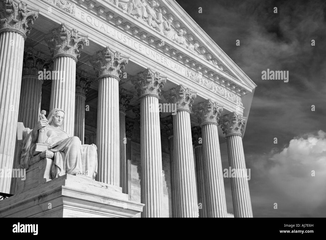 The statue of Contemplation of Justice sits beneath the Corinthian columns of the Supreme Court Building, Washington - Stock Image