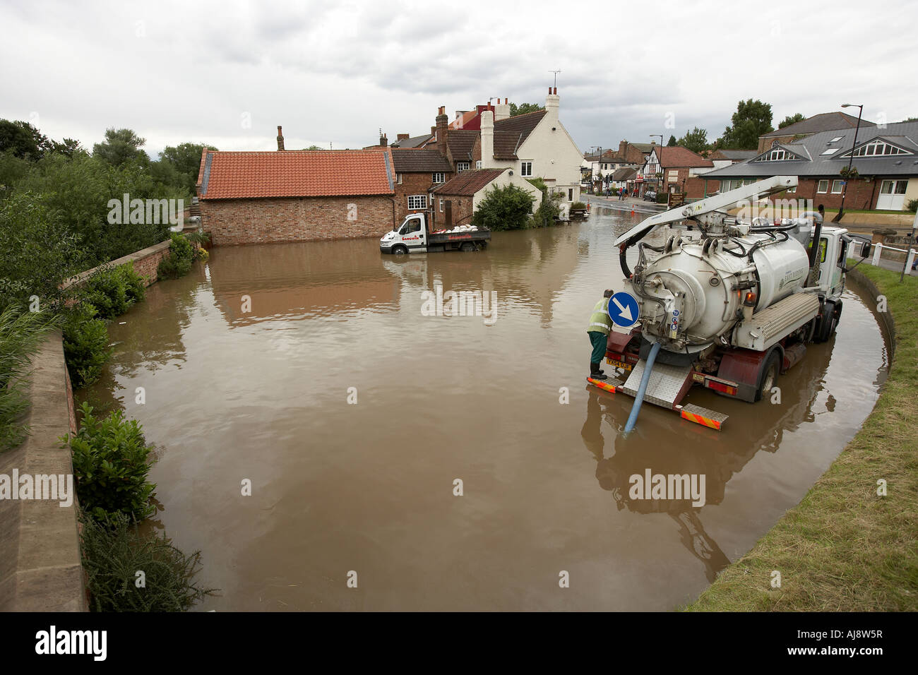 Vehicles pumping out flood water in Stamford Bridge East Yorkshire UK June 2007 - Stock Image