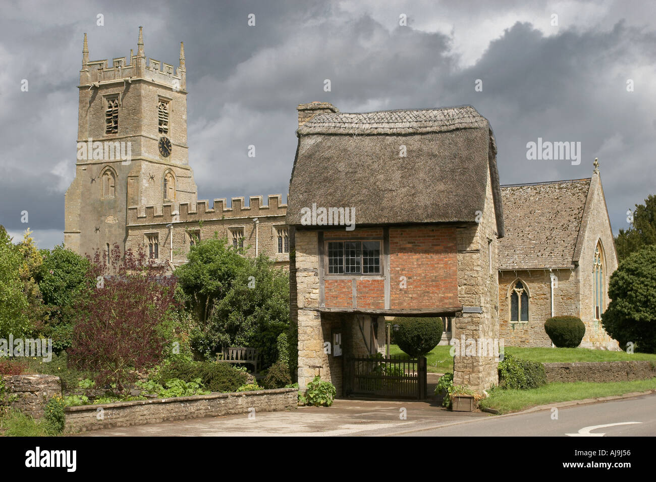 Church with thatched lynchgate in Long Compton in the Chilterns - Stock Image