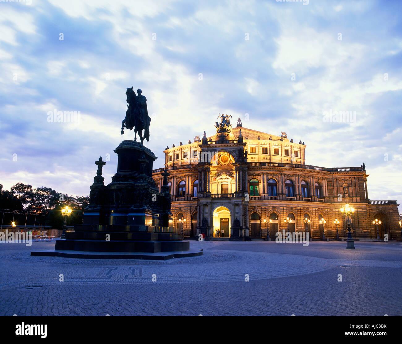 beleuchtete Semperoper Dämmerung Sachsen Dresden Deutschland | illuminated Semper opera at dawn Dresden Saxony - Stock Image
