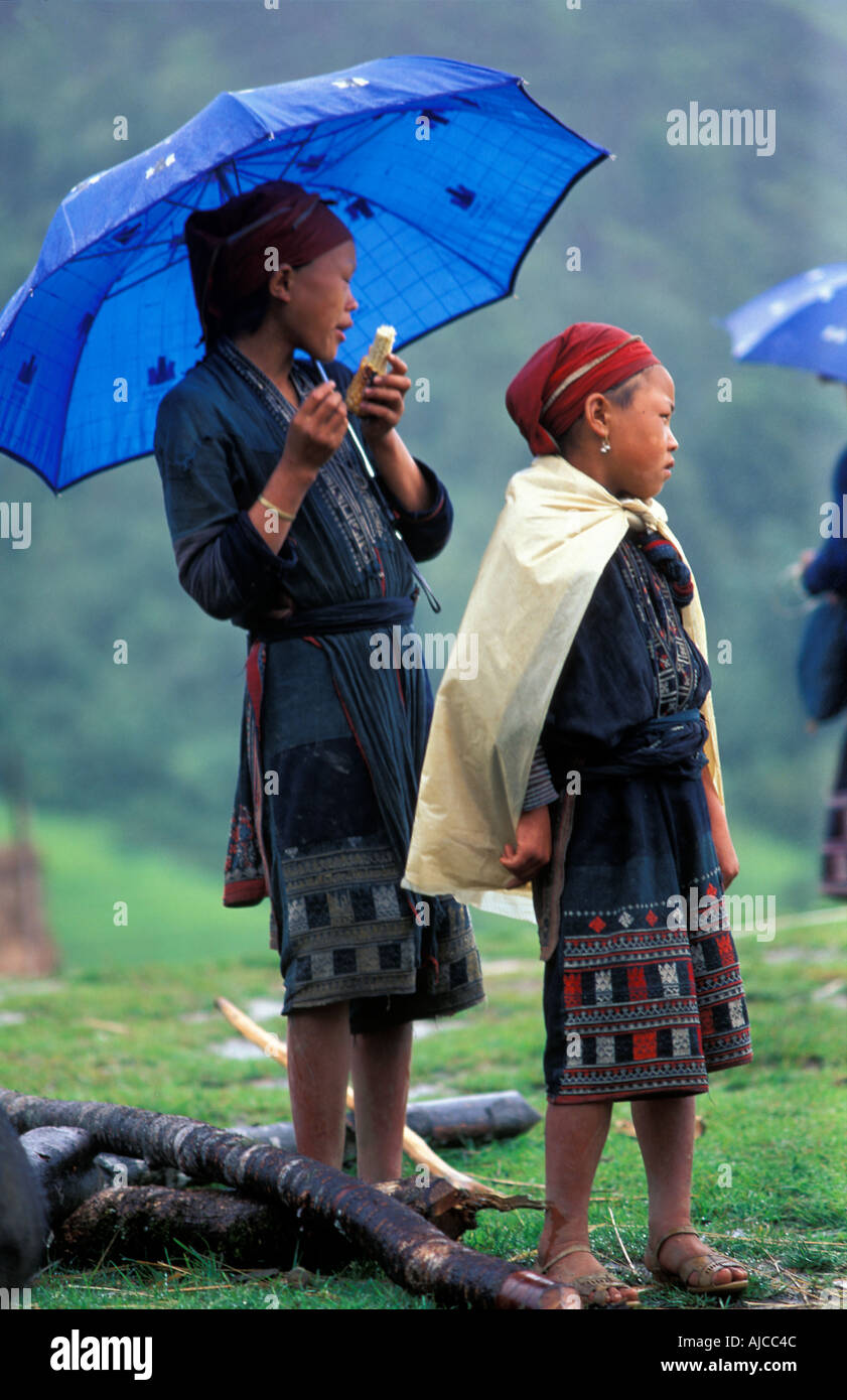 Red Dao Dzao children in their distinctive tribal costume The hilltribes of Sapa and environs Vietnam - Stock Image