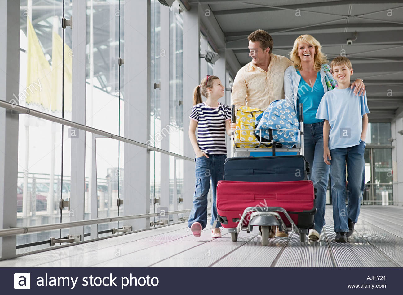 family-with-suitcases-in-an-airport-AJHY24.jpg