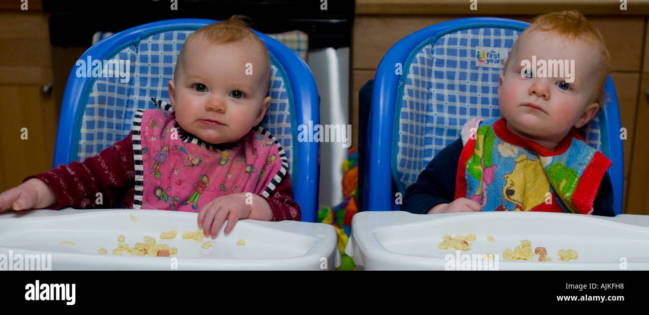 twins eating lunch - Stock Image