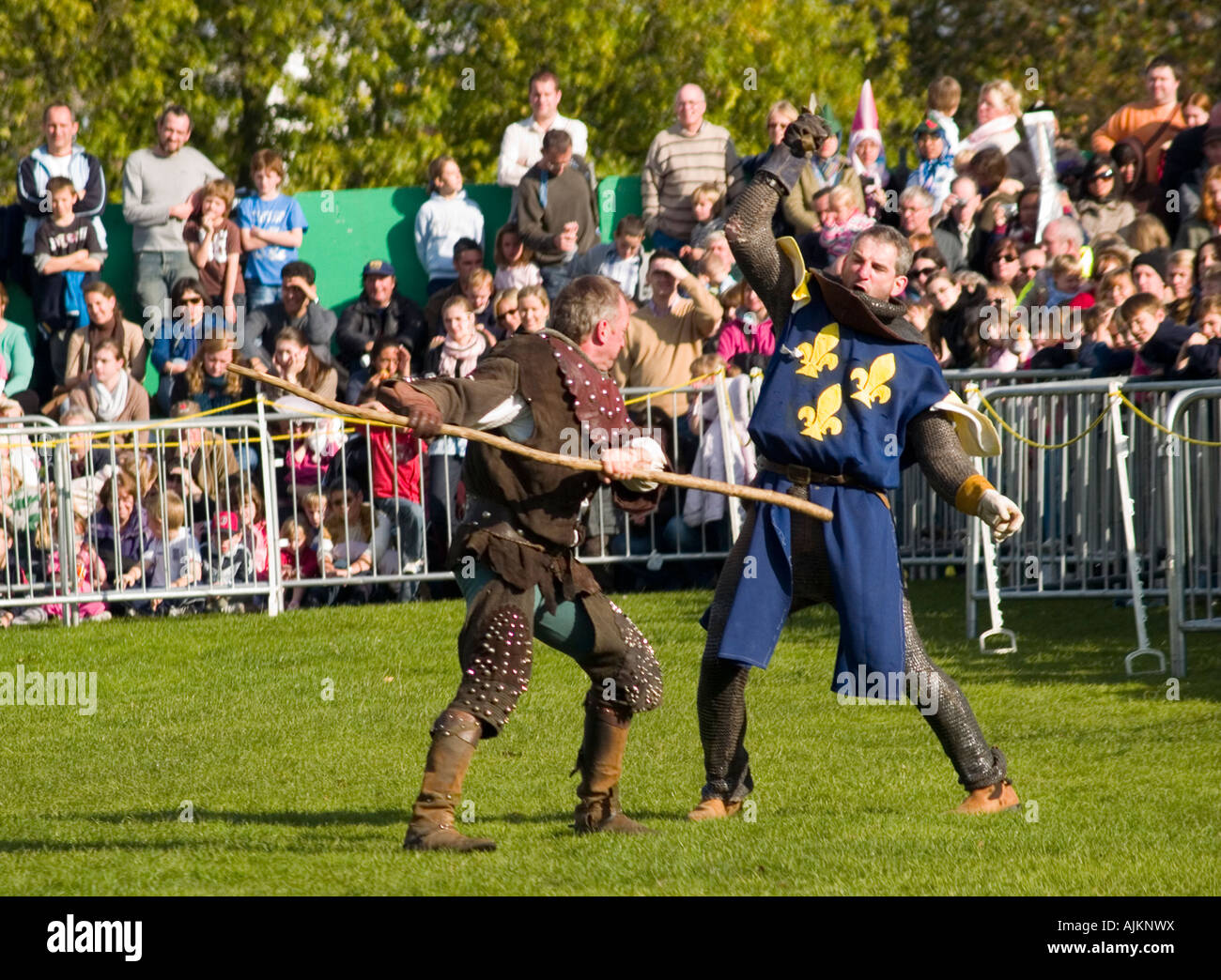 Robin Hood in combat with the evil Sheriff of Nottingham at the Robin Hood Pageant, Nottingham Castle 2007 - Stock Image