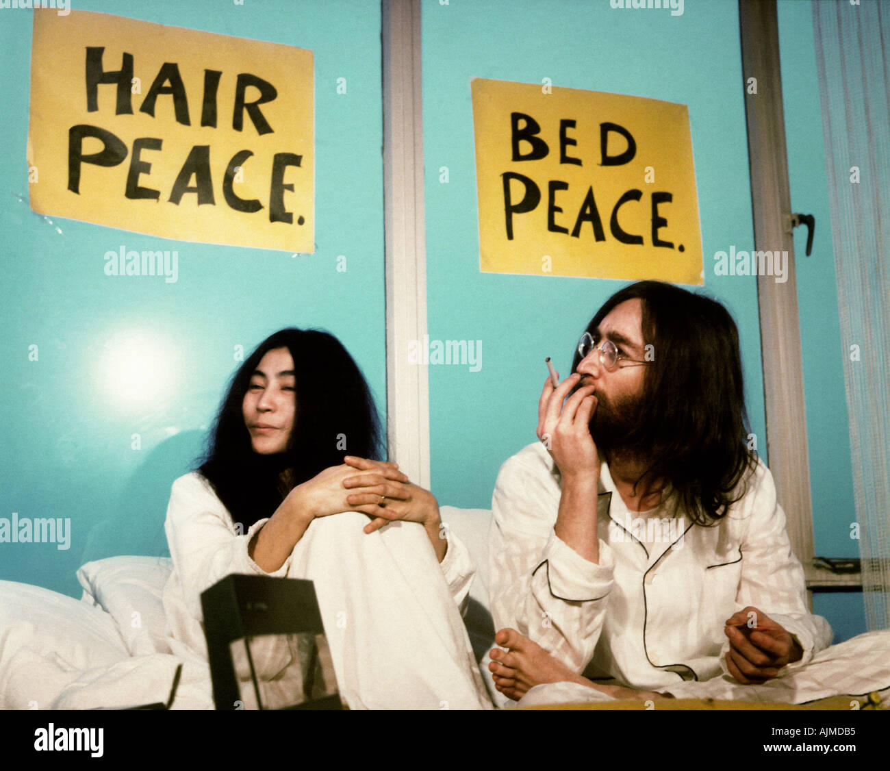John Lennon And Yoko Ono At Week Long Bed In For Peace At Queen Stock Photo Alamy