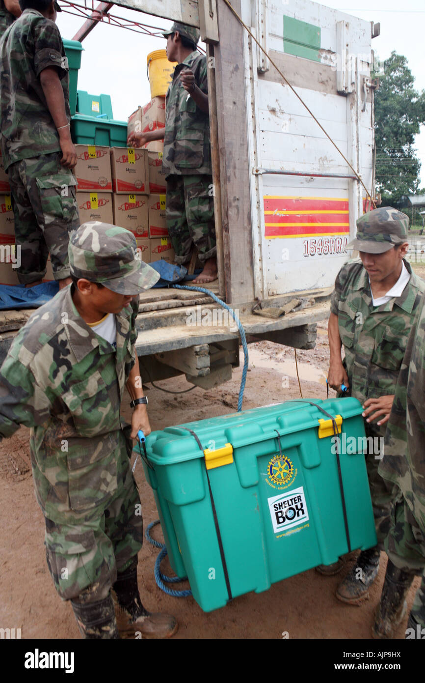 Members of the Bolivian Army help to distribute Shelterboxes at Camp Chetequije, set up by Oxfam in Trinidad, Beni, - Stock Image