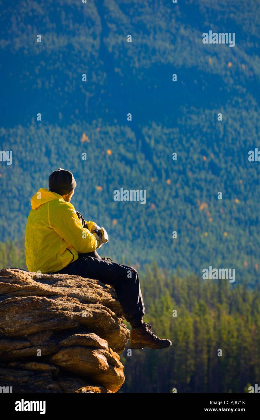 Man sitting on a mountain in Jasper National Park, Alberta - Stock Image