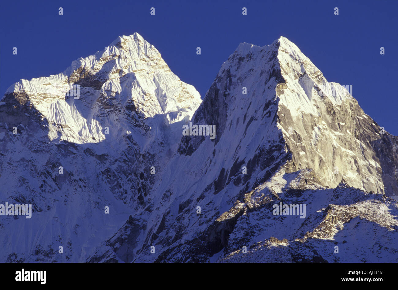 https://c8.alamy.com/comp/AJT118/two-mountain-peaks-khumbu-himalayas-nepal-AJT118.jpg