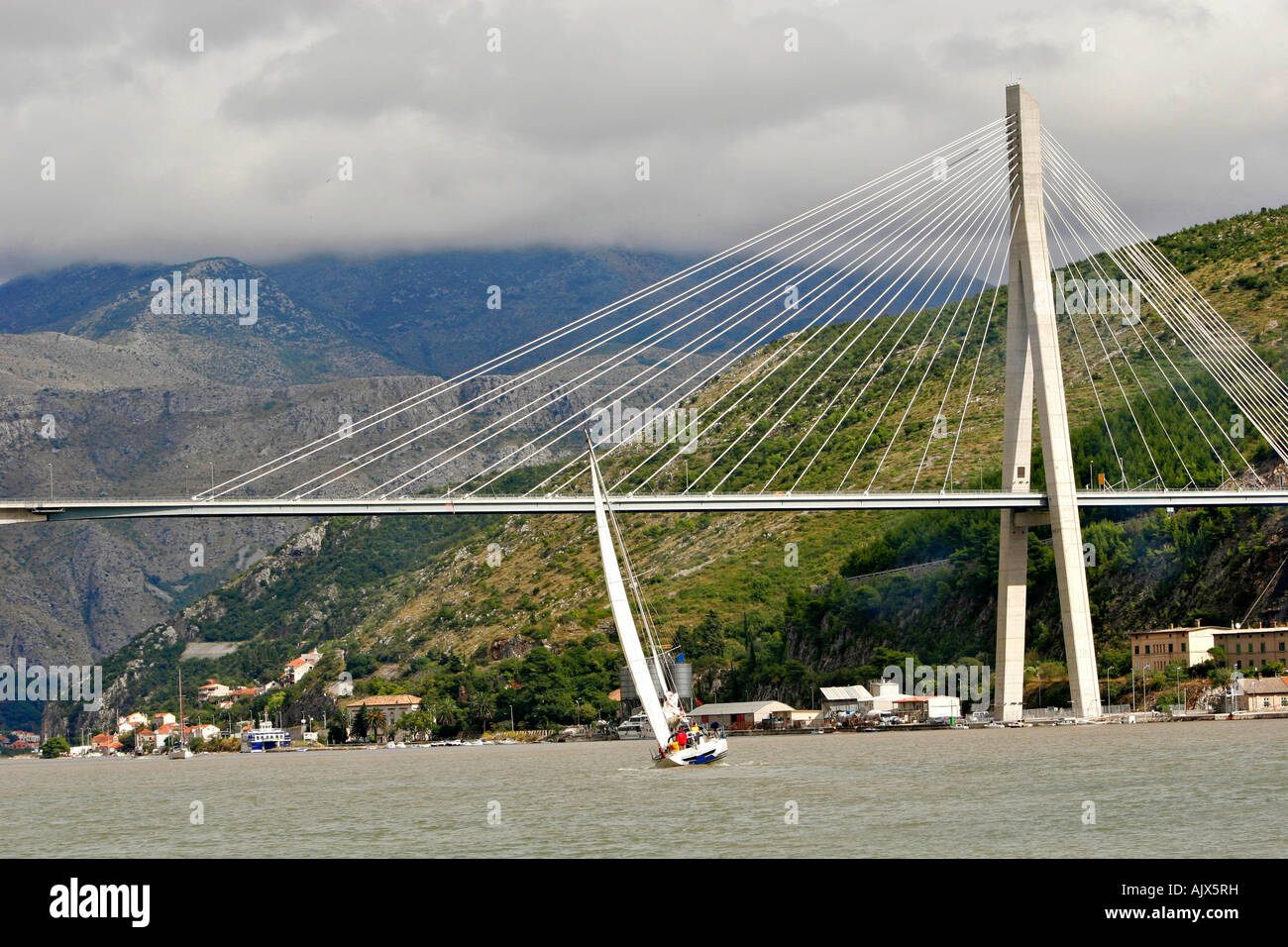 Segelyacht unter Tudjmann Bruecke, nahendes Gewitter a| Sailing yacht under Tudjmann Bridge, approaching thunderstorm - Stock Image