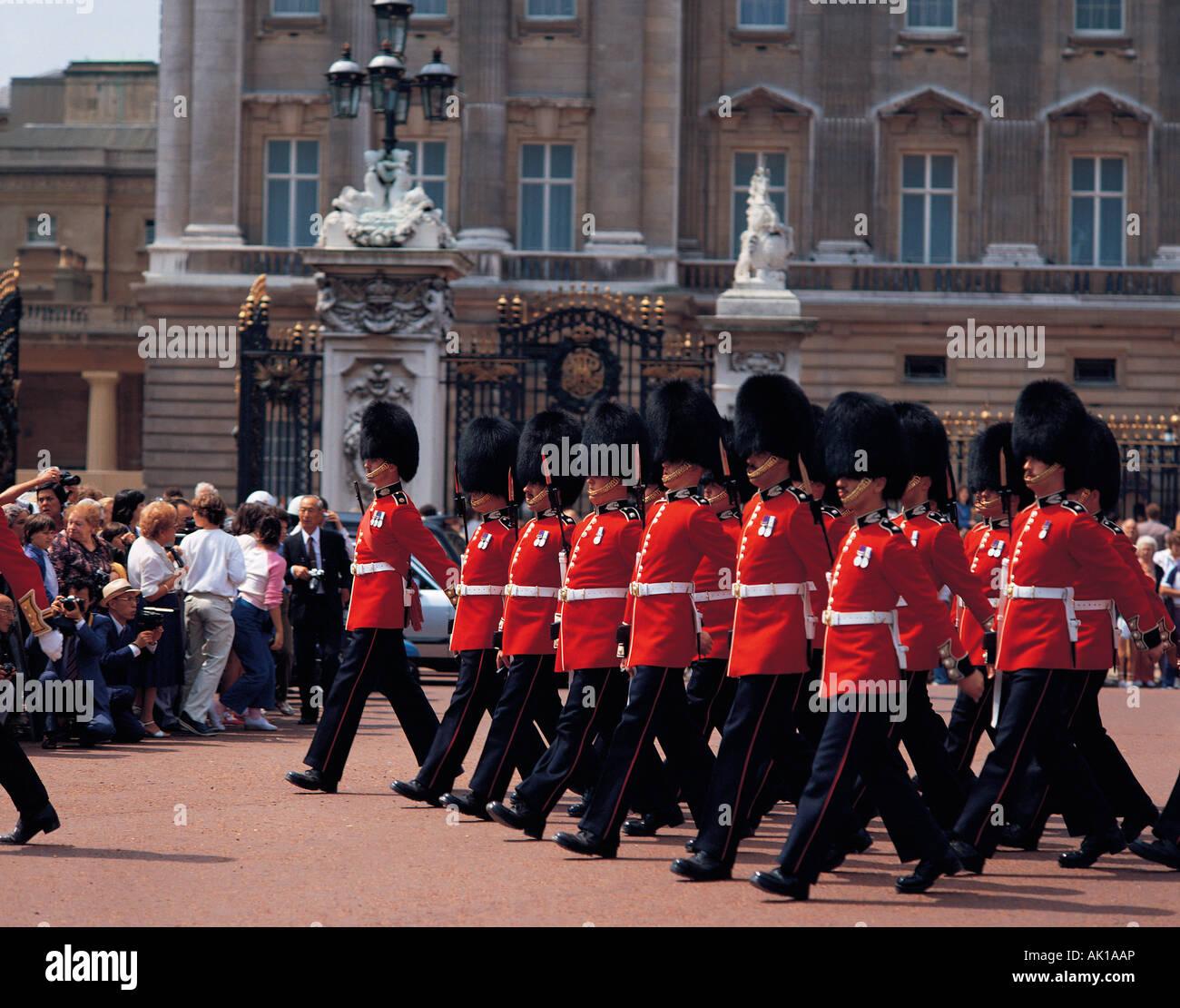 United Kingdom. England. London. Buckingham Palace. Guardsmen marching. - Stock Image