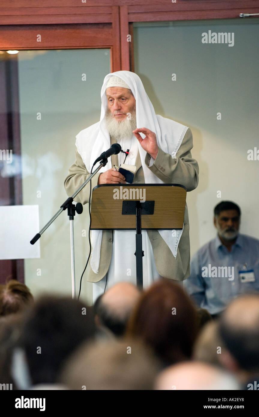 Sheik Yusuf Estes speaking at islamic conference - Stock Image