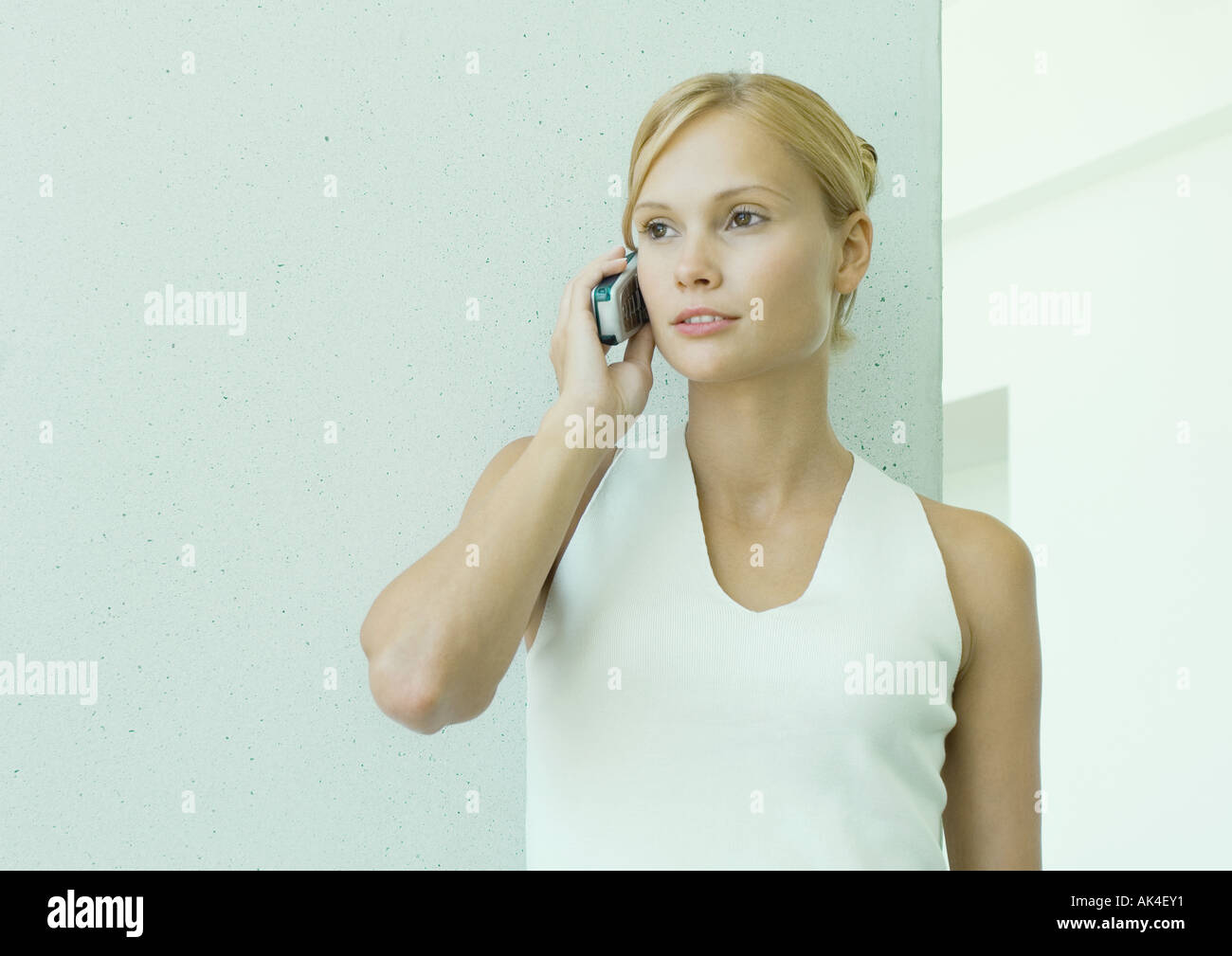 Woman using cell phone - Stock Image
