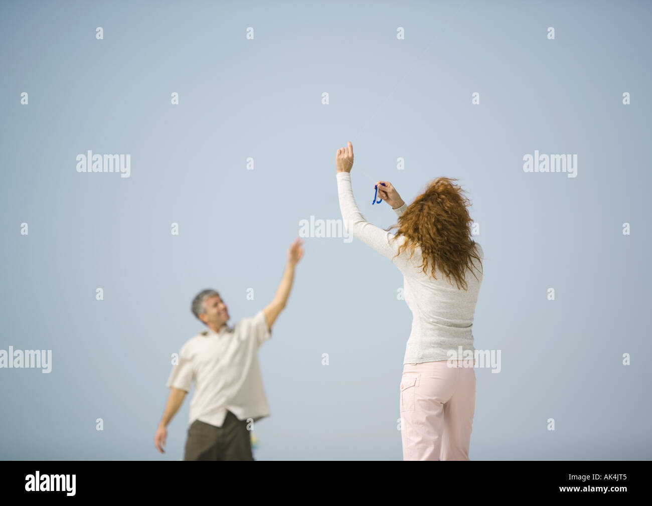 Couple flying kite - Stock Image
