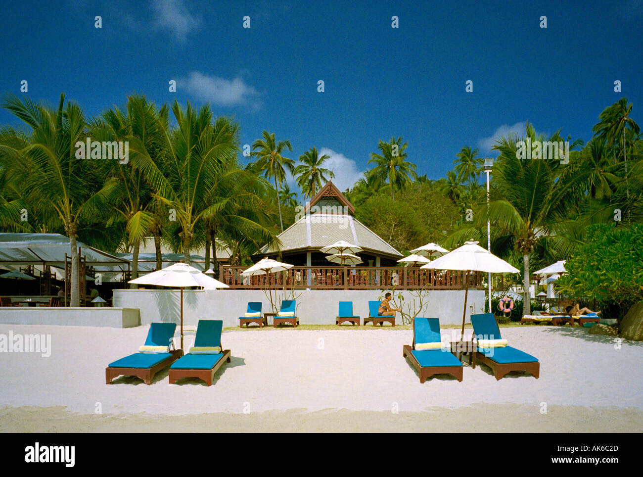 Sun loungers and silver sand at the Central Samui Village hotel on the south east corner of the island of Koh Samui Thailand - Stock Image