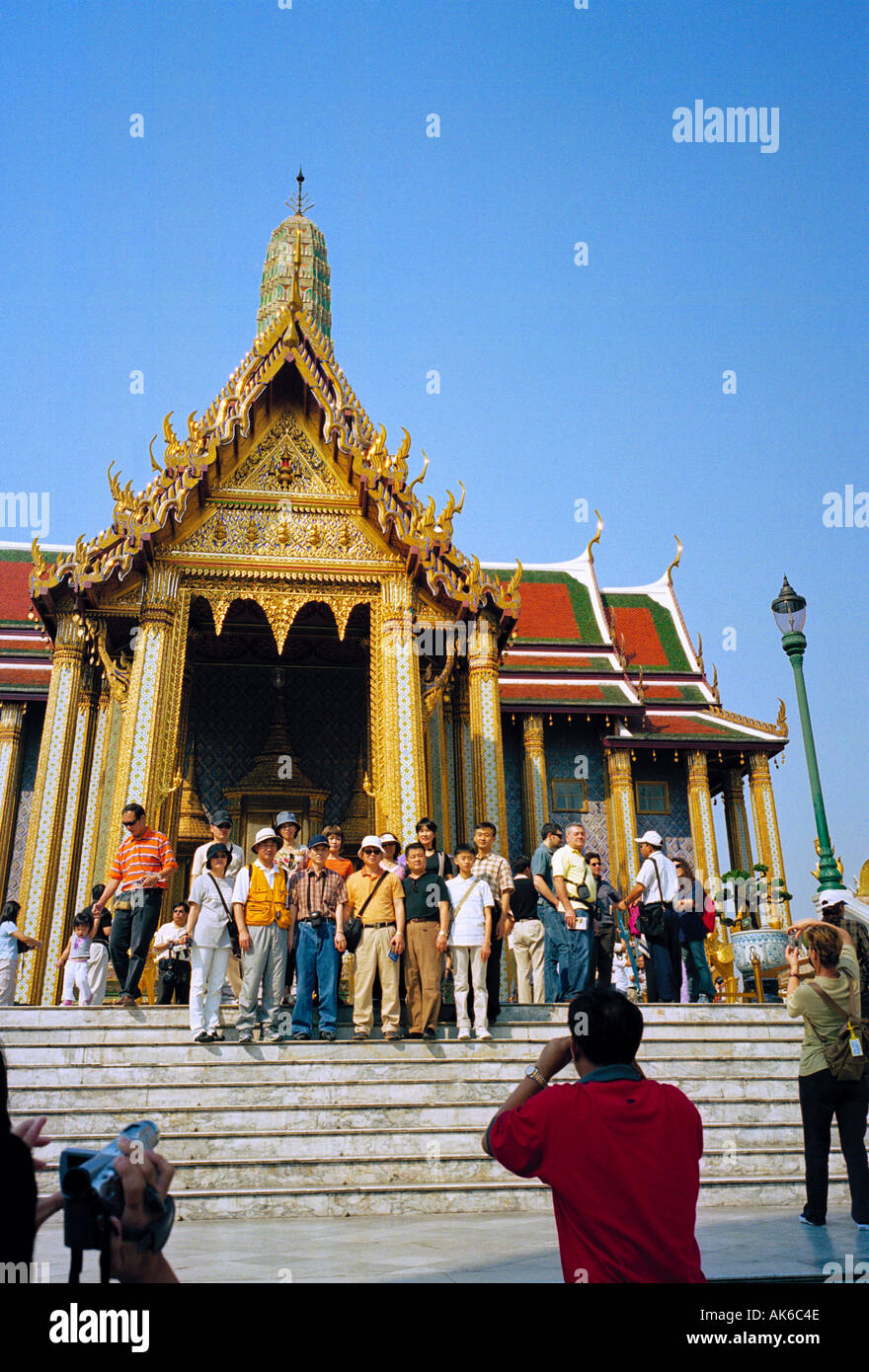 Royal Grand Palace Bangkok Thailand - A tour group photo being taken on the steps of the Royal Pantheon - Stock Image