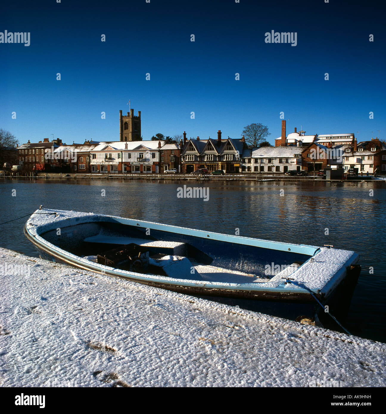Henley On Thames in winter snow from towpath across River Thames, Oxfordshire, UK - Stock Image