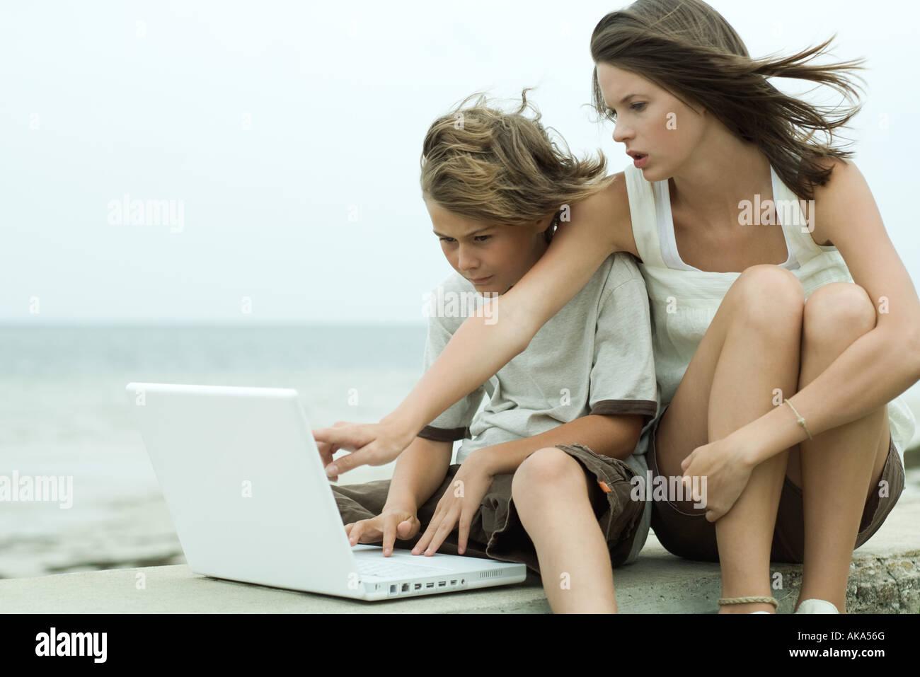 Adolescente con la sorellina Fotografie Stock Adolescente con-8744