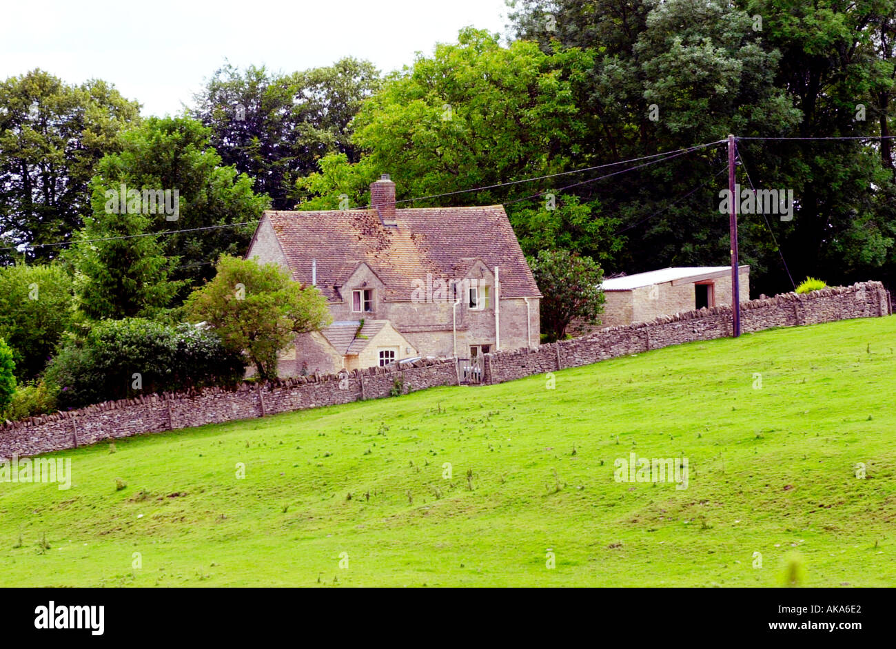 Cottage in the Cottswolds with a farm setting - Stock Image