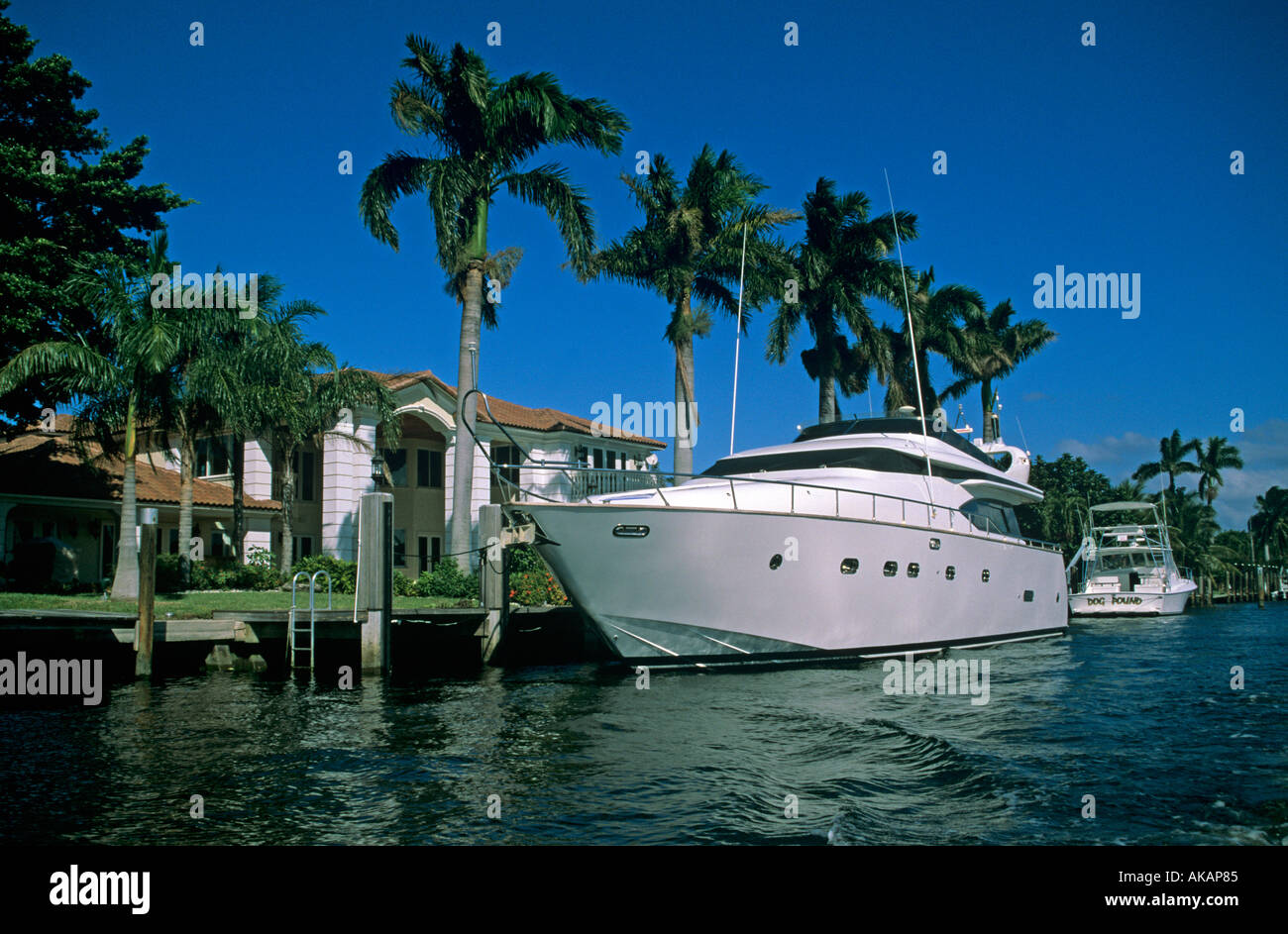 Luxury Homes With Super Yacht Moored In Inter Coastal Waterway Fort  Lauderdale Florida USA Lifestyle