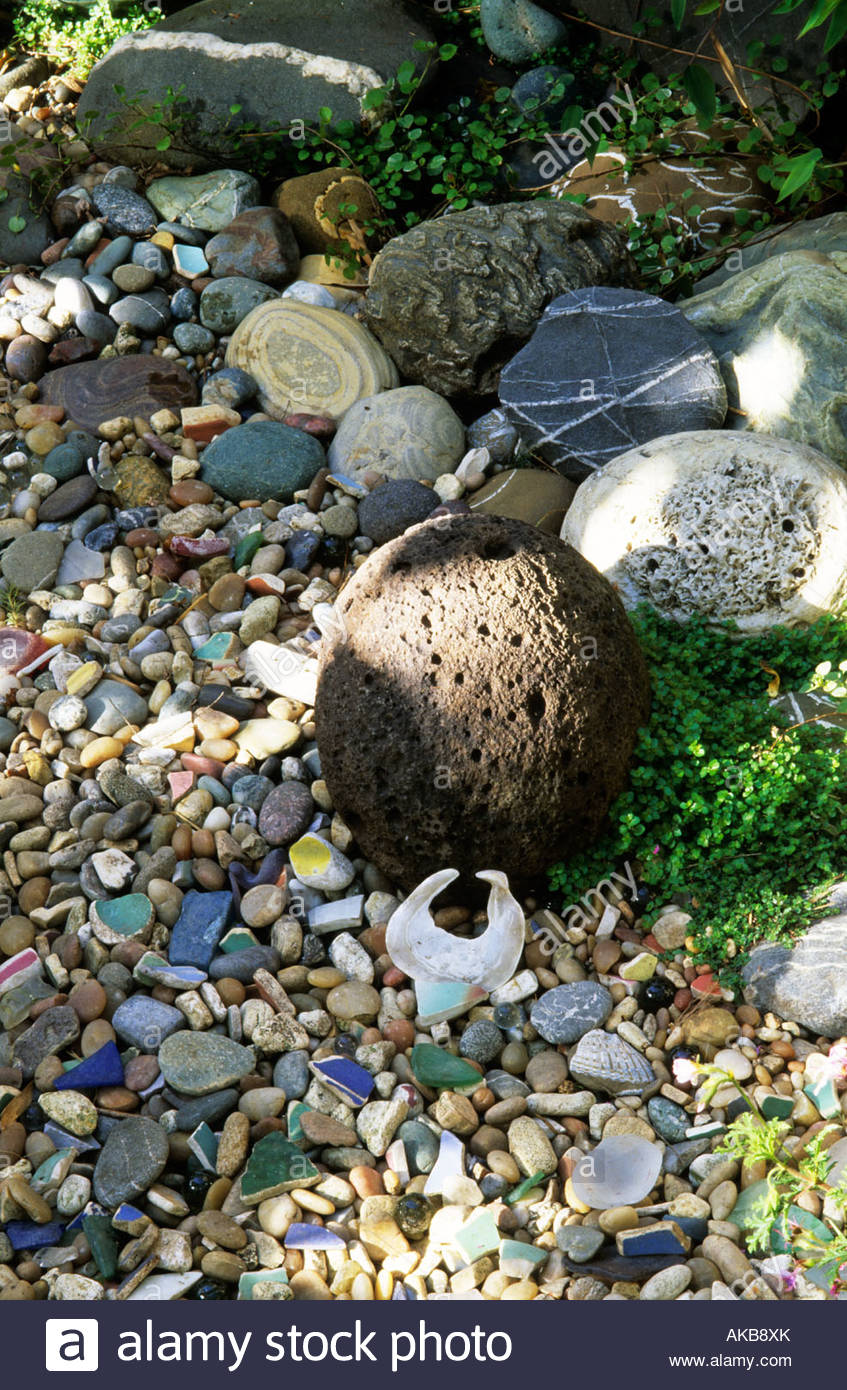 Marsha Donahue's garden Berkeley California gravel garden with collection of stones and found objects - Stock Image