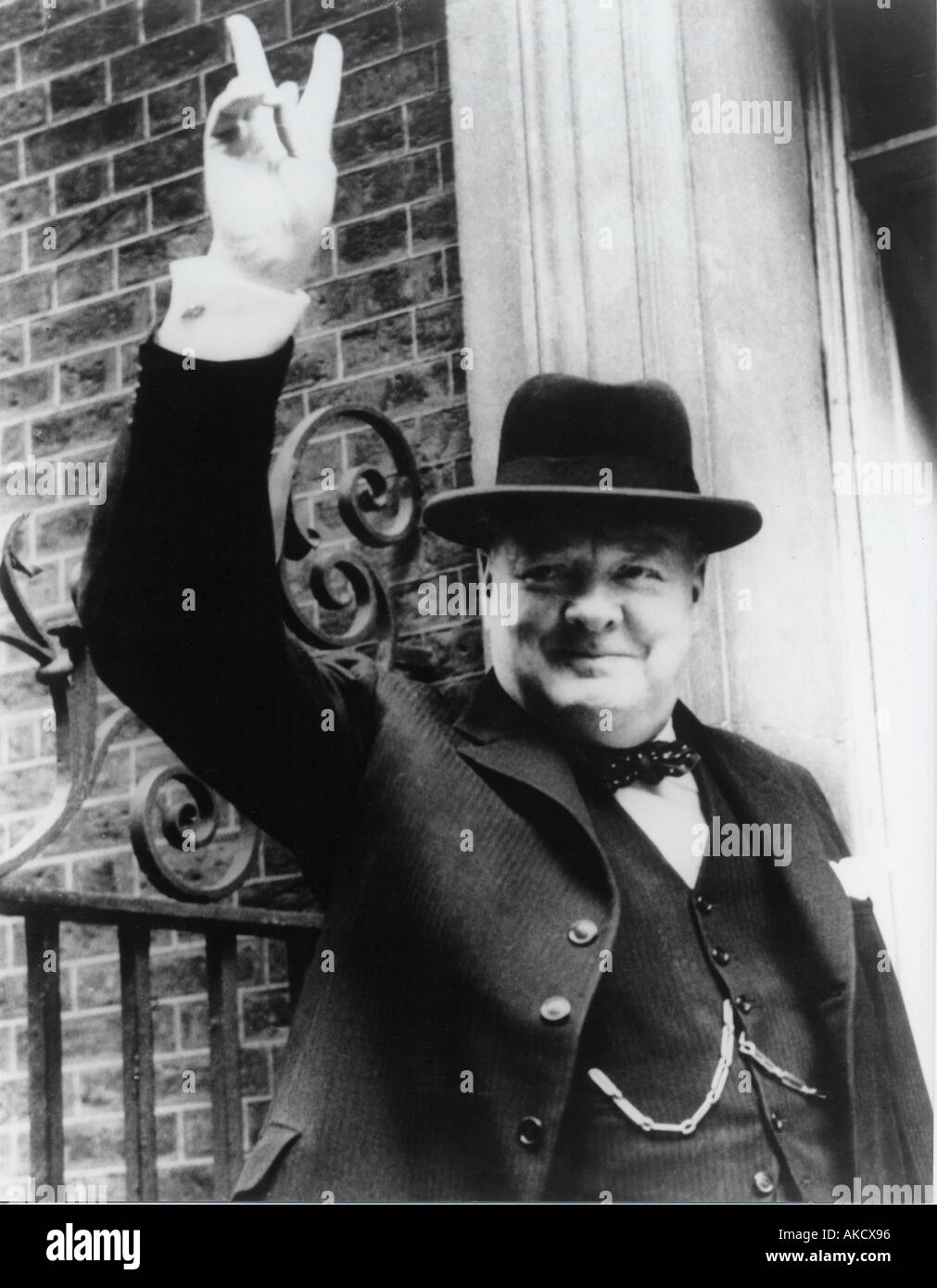 WINSTON CHURCHILL gives his famous V for Victory sign on the steps of No 10 Downing Street in 1945 - Stock Image