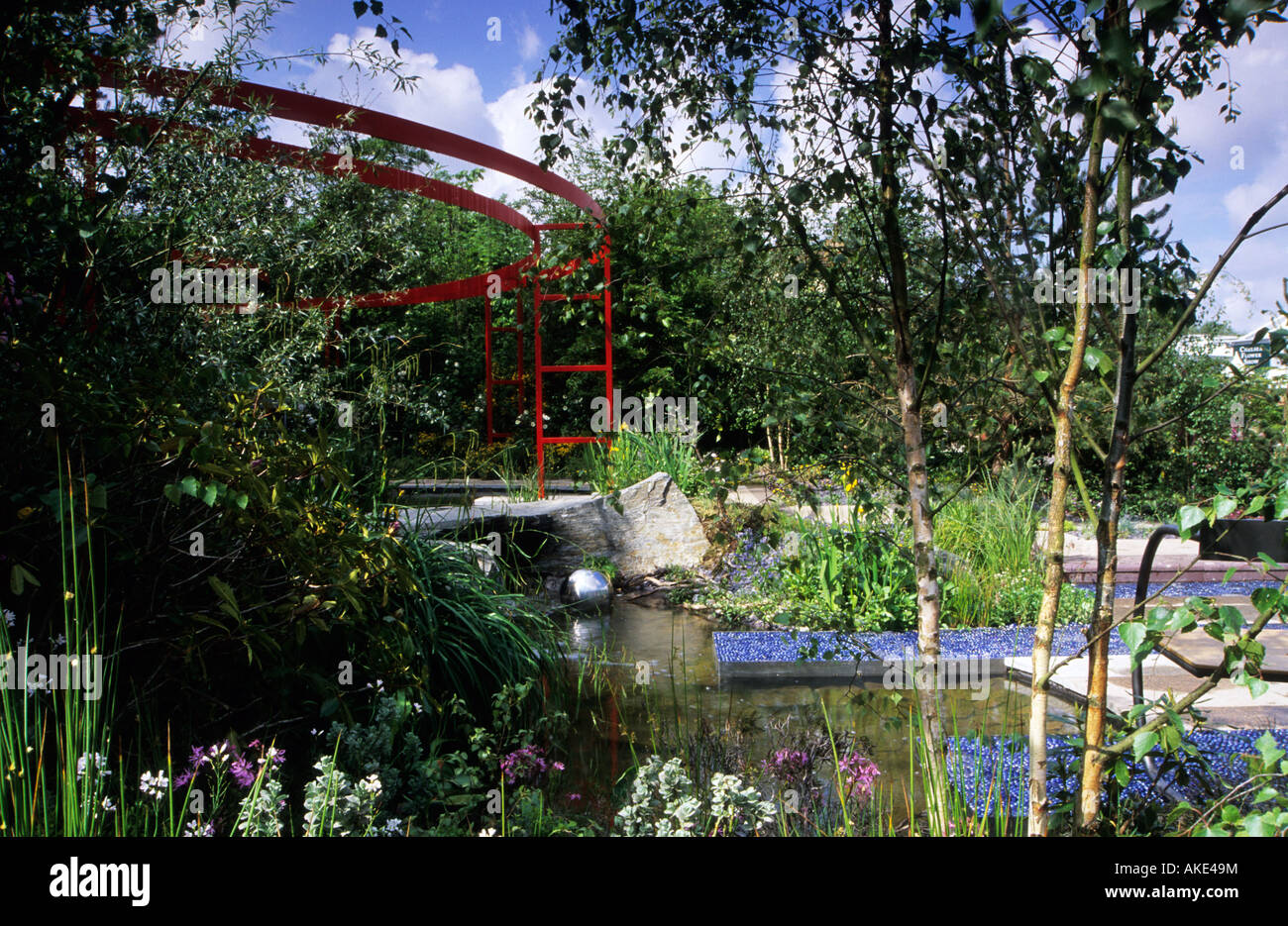 Chelsea FS 2000 design David Stevens contemporary garden elements within traditional woodland country garden - Stock Image