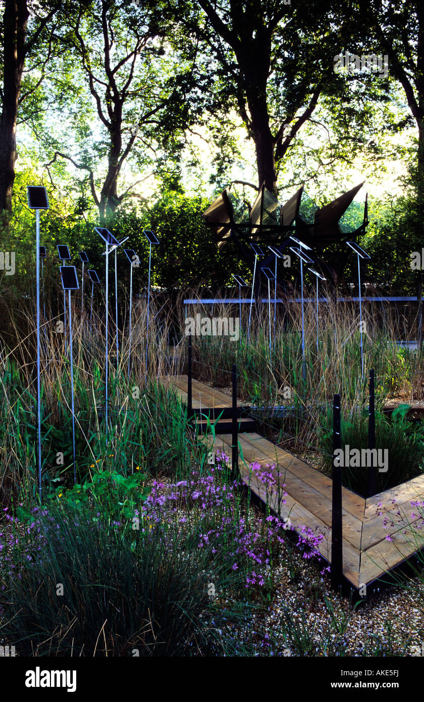Chelsea FS 2002 design Wigglesworth and Walker contemporary garden with linear sculpture reflecting reeds and Irises - Stock Image