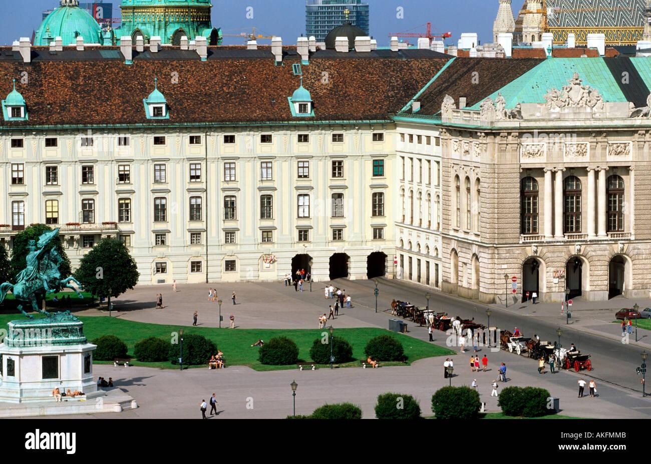 Österreich, Wien 1, Heldenplatz, Südflügel der Wiener Hofburg (Redoutensäle), links Reiterstandbild von Erzherzog Karl - Stock Image