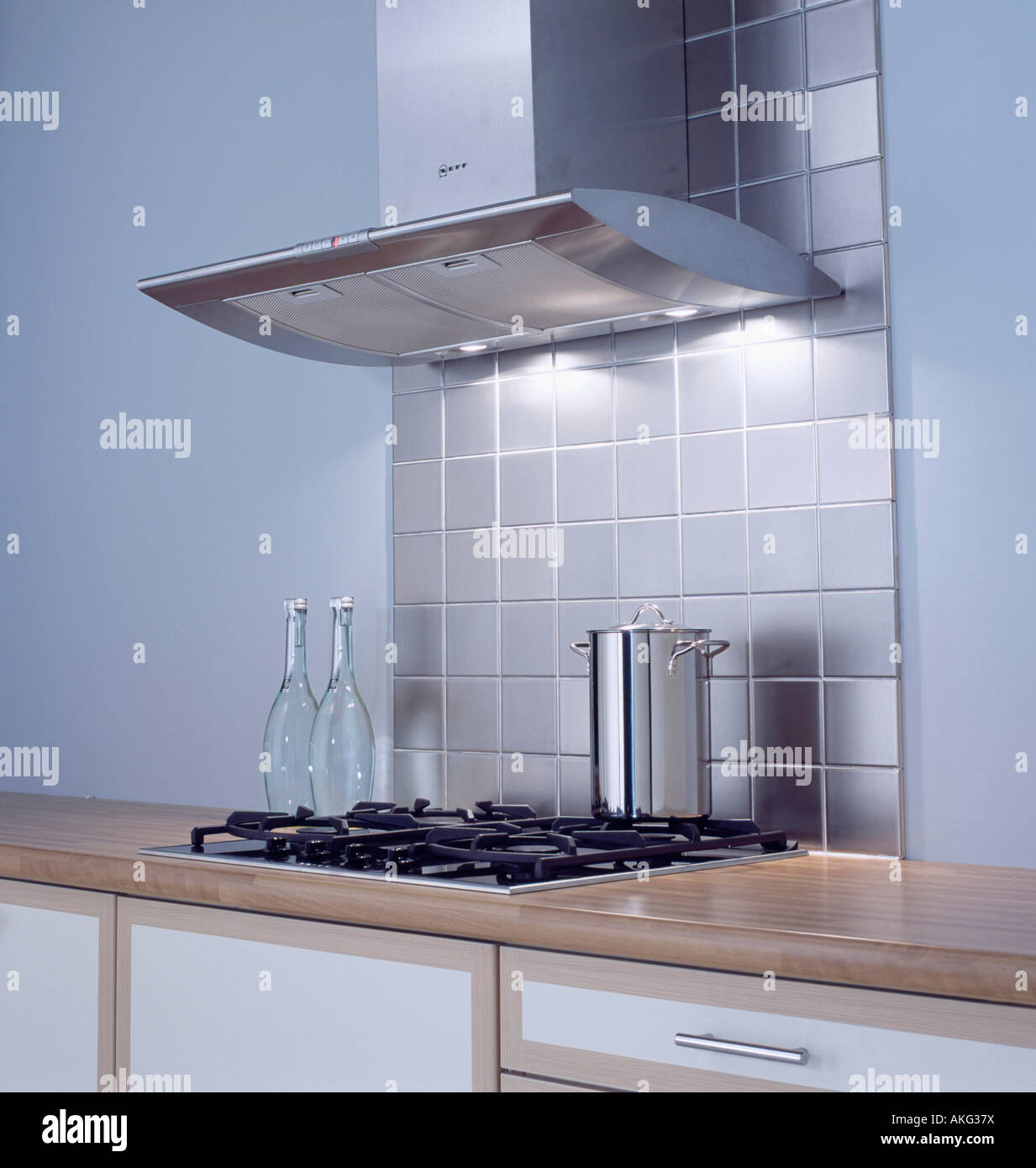 Merveilleux Stainless Steel Tiles Below Extractor Fan Above Hob In Modern Kitchen