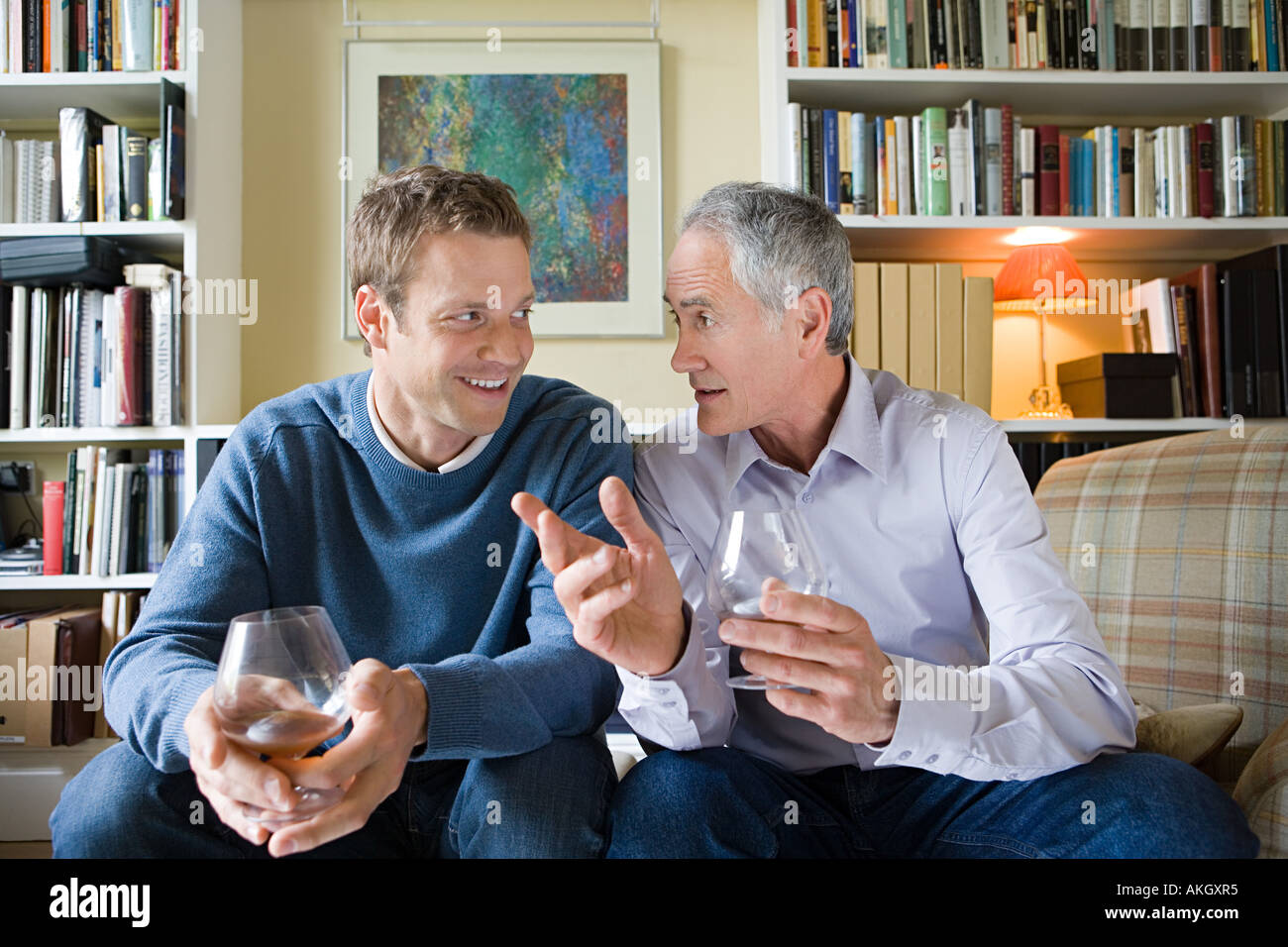 Senior man giving advice to younger man - Stock Image