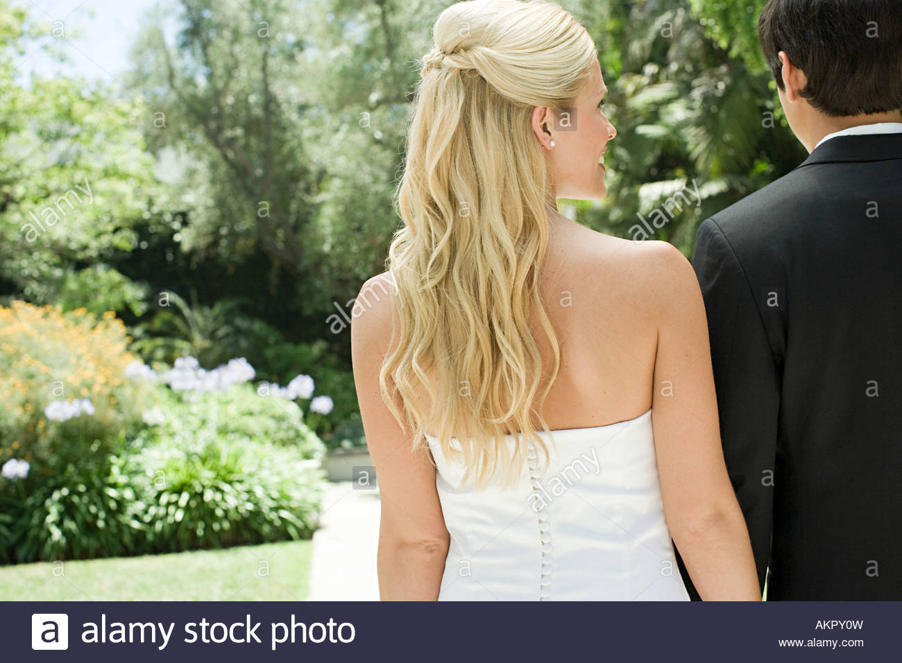 Rear view of a bride and groom - Stock Image