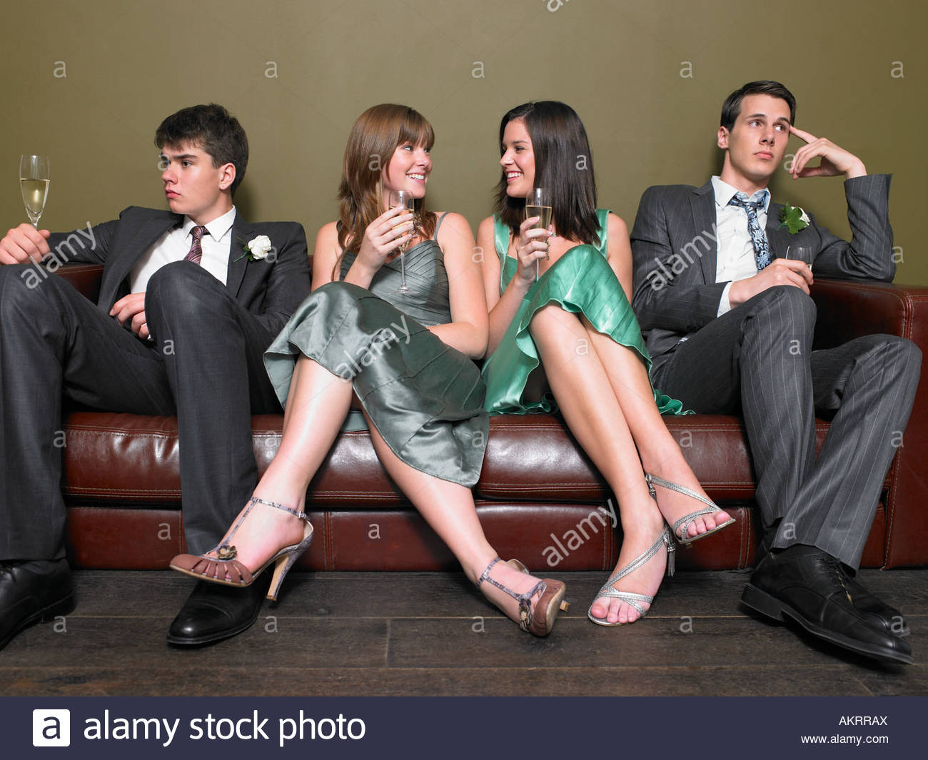 Male guests looking bored as female guests chat - Stock Image